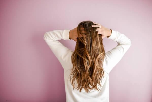huile de jojoba dans les cheveux